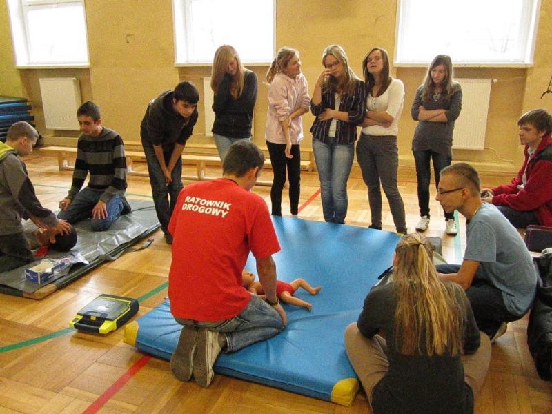 foto -Wspólne ćwiczenia i pokazy pierwszej pomocy.