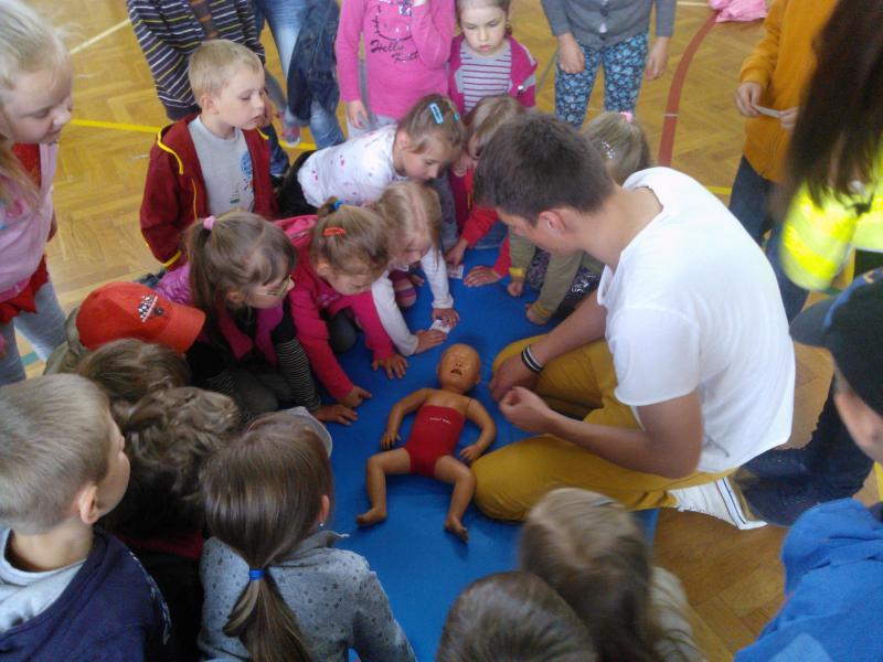 foto -Od przedszkolaka uczymy udzielać pierwszej pomocy przedmedycznej.
