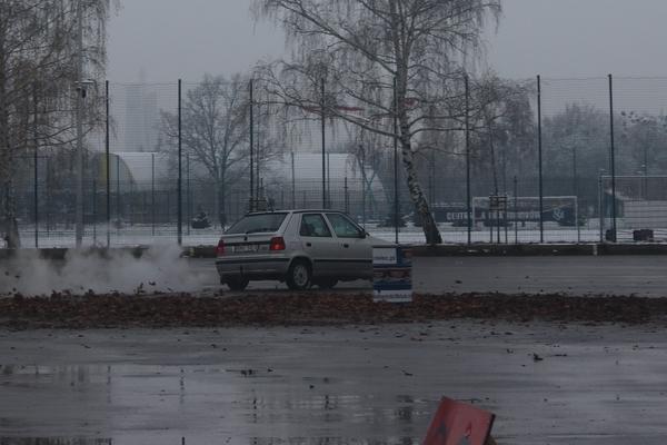 foto -Zima w Mielcu, pokazy kierowania samochodem dla młodych i mniej doświadczonych kierowców.